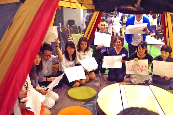 あるグループはテントの中でブレストが行われた