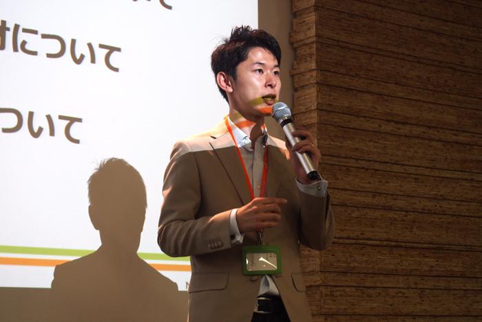 登壇するNPO法人二枚目の名刺松井